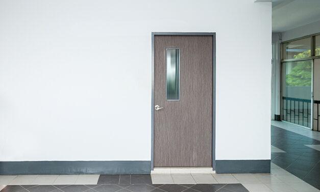 Cum deosebesti usa din lemn de cea din fibra de sticla?
